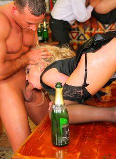 Пьяных девушек развели на страстное групповое совокупление - фото #3
