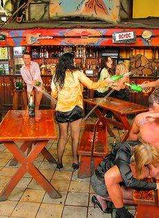 Пьяных девушек развели на страстное групповое совокупление - фото #9