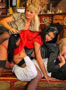 Пьяных девушек развели на страстное групповое совокупление - фото #12