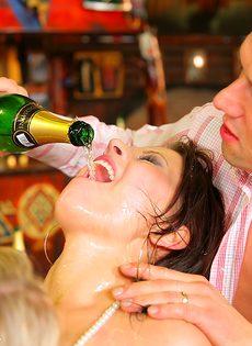 Пьяных девушек развели на страстное групповое совокупление - фото #13