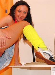 Милая брюнетка задрала юбочку и продемонстрировала киску - фото #12