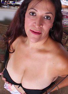 Бабенка вывалила натуральные дойки и продемонстрировала пизду - фото #3