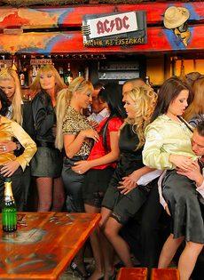 Пьяных девок легко развели на групповое половое сношение - фото #4