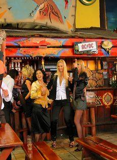 Пьяных девок легко развели на групповое половое сношение - фото #7