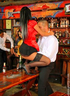 Пьяных девок легко развели на групповое половое сношение - фото #8