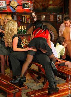 Пьяных девок легко развели на групповое половое сношение - фото #11
