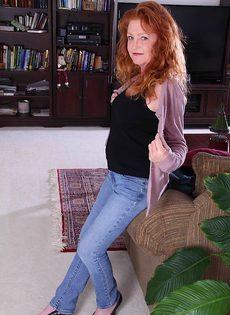 Рыжая старушка Veronica Smith снимает джинсы и показывает пизду - фото #2