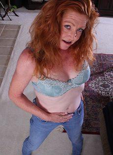 Рыжая старушка Veronica Smith снимает джинсы и показывает пизду - фото #4
