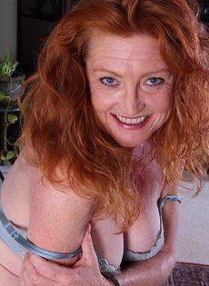 Рыжая старушка Veronica Smith снимает джинсы и показывает пизду - фото #7