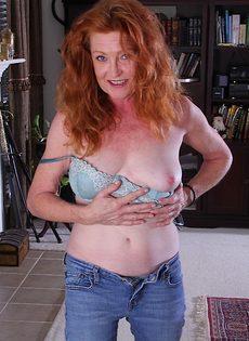 Рыжая старушка Veronica Smith снимает джинсы и показывает пизду - фото #8