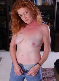 Рыжая старушка Veronica Smith снимает джинсы и показывает пизду - фото #9