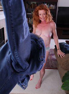 Рыжая старушка Veronica Smith снимает джинсы и показывает пизду - фото #11