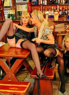 Развратный групповой секс с красавицами в баре - фото #1