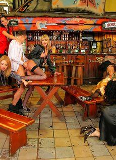 Развратный групповой секс с красавицами в баре - фото #10