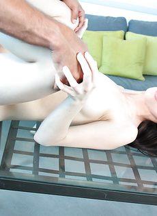 Залил лицо молоденькой девушки горячей спермой - фото #
