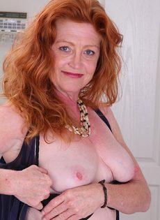 Рыжая баба в телесных чулках хочет трахаться - фото #4