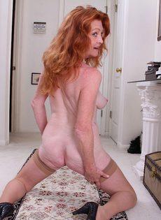 Рыжая баба в телесных чулках хочет трахаться - фото #8