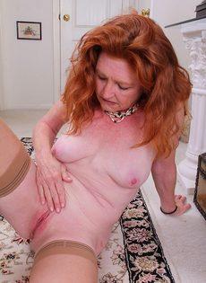 Рыжая баба в телесных чулках хочет трахаться - фото #11