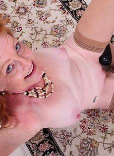 Рыжая баба в телесных чулках хочет трахаться - фото #12