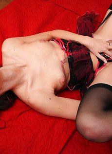 Помастурбировала вагинальное отверстие новой секс игрушкой - фото #9