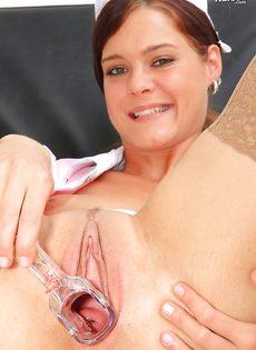 Медсестра в телесных чулках показала вагину изнутри - фото #