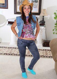 Совершеннолетняя девица раздвигает ножки и дрочит пизденку - фото #