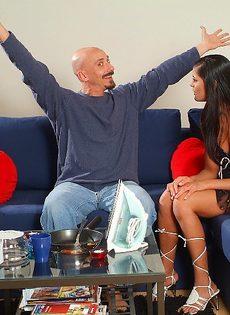 Лысый мужик развел на соитие прелестную телку Veronica Jane - фото #3