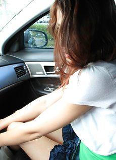 Молоденькой девушке захотелось помастурбировать в машине - фото #3