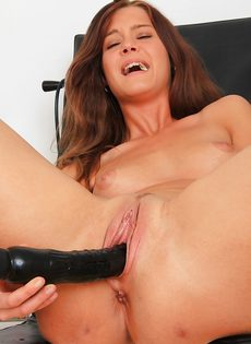 Молоденькая распутница помастурбировала в кабинете гинеколога - фото #