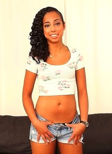 Очаровательная латинская девушка с очень красивой попочкой - фото #1
