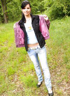 Молодка Veronica N показала маленькую грудь на природе - фото #5