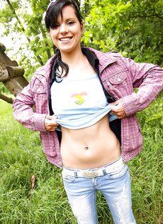 Молодка Veronica N показала маленькую грудь на природе - фото #10
