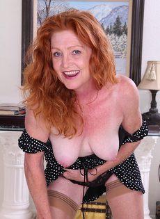 Рыжеволосая баба показывает бритую пизду в разных позах - фото #4