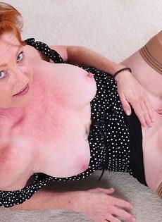 Рыжеволосая баба показывает бритую пизду в разных позах - фото #8