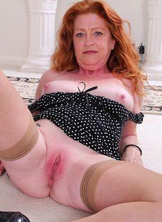 Рыжеволосая баба показывает бритую пизду в разных позах - фото #10