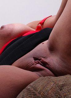 Пышная зрелая стерва выставляет напоказ интимные зоны - фото #10