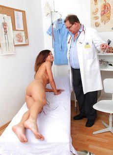 Старый доктор осматривает влагалище молоденькой девахи - фото #9