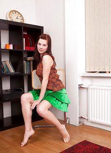 Студентка готовится к экзамену и демонстрирует мохнатую вагину - фото #1