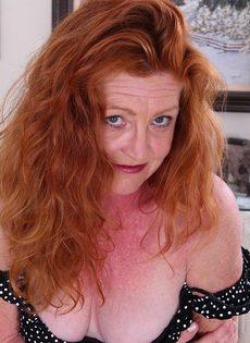 Старая рыжеволосая развратница выставила напоказ влагалище - фото #2