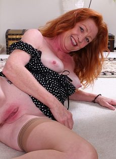 Старая рыжеволосая развратница выставила напоказ влагалище - фото #10