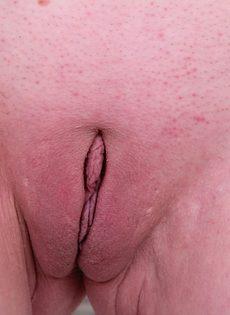 Старая рыжеволосая развратница выставила напоказ влагалище - фото #14