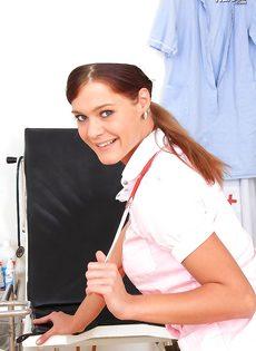 Молодая медсестра закрылась в кабинете и показала вагину - фото #2