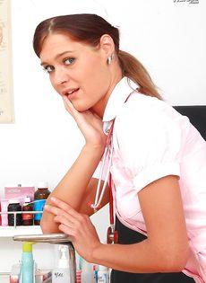 Молодая медсестра закрылась в кабинете и показала вагину - фото #3