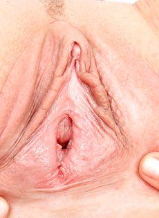 Молодая медсестра закрылась в кабинете и показала вагину - фото #14