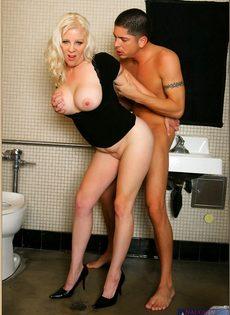Молодой парень стоя трахает пьяную тетку в туалете бара - фото #9