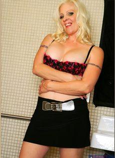 Жирная женщина выбрала не лучшее место для фото сессии - фото #5