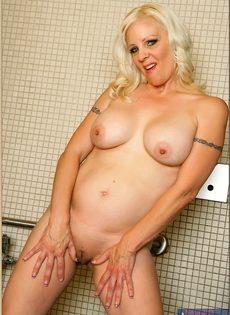 Жирная женщина выбрала не лучшее место для фото сессии - фото #11