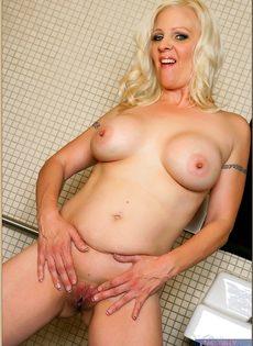Жирная женщина выбрала не лучшее место для фото сессии - фото #12