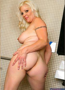 Жирная женщина выбрала не лучшее место для фото сессии - фото #15