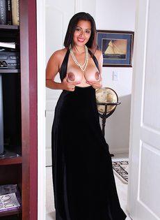 Латиноамериканская девушка возбудилась от прикосновений к киске - фото #